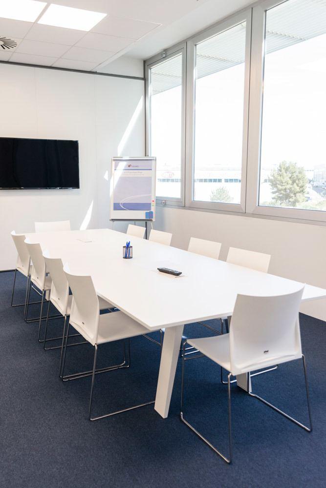 Mesa Mahia en sala de reuniones