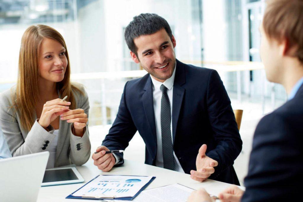 Trabajador conector en el entorno de trabajo adecuado