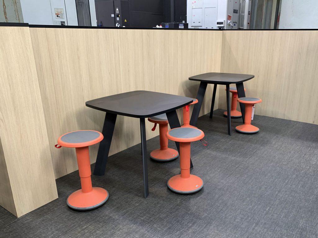 mesas y taburetes up think up area mampara e80 instalaciones lemar