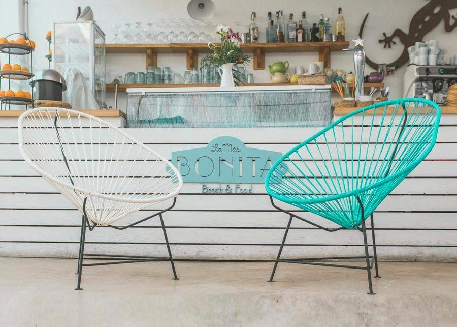 silla-acapulco-blanca-y-turquesa-ambiente