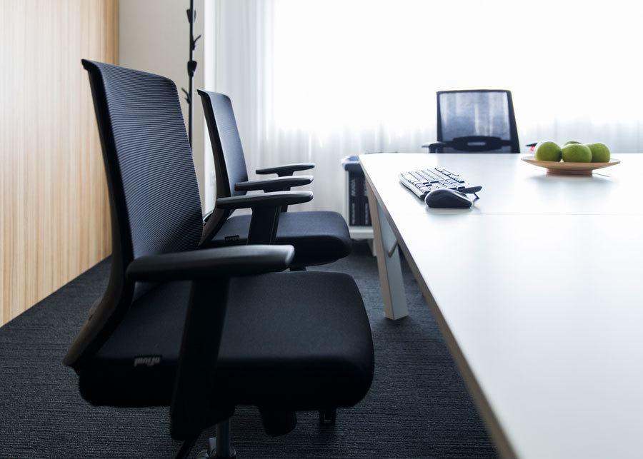 silla task oficina tejido negro