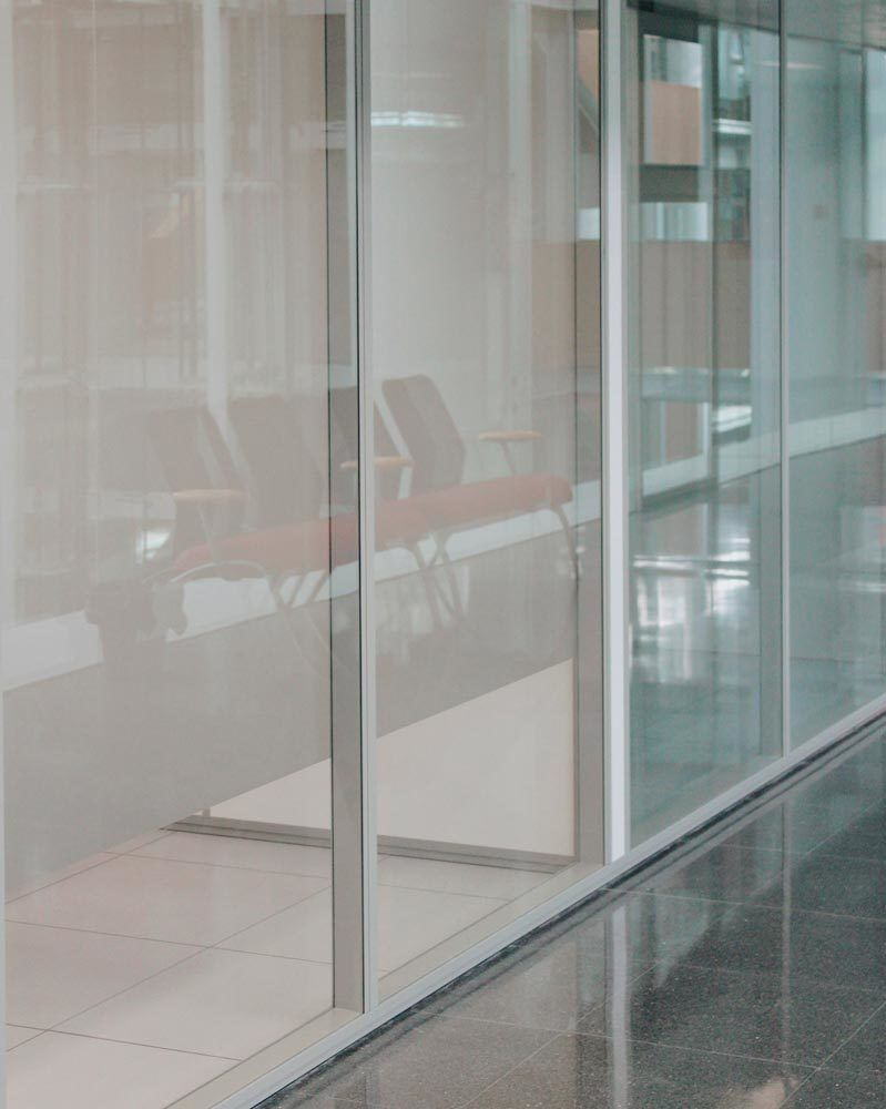 Detalle vidrio mampara separadora Espai