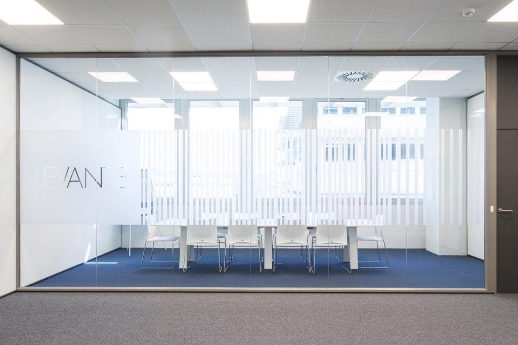 Sala de reuniones con moqueta azul