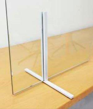 Detalle pies de aluminio mampara mostrador vidrio con ventana