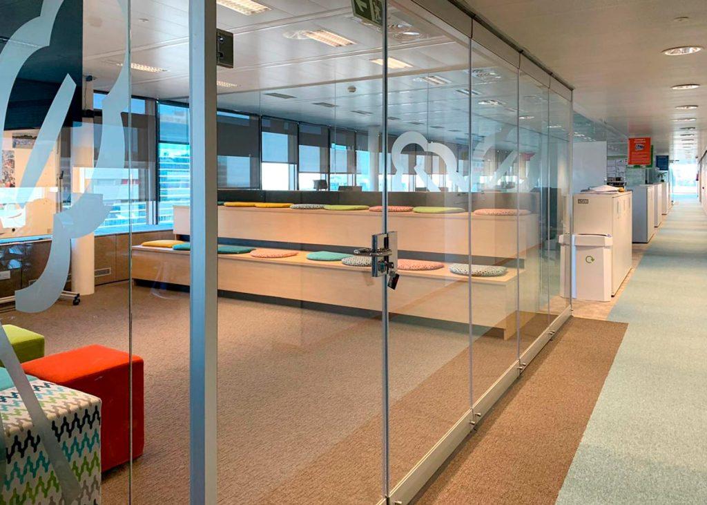tabique móvil de vidrio transparente