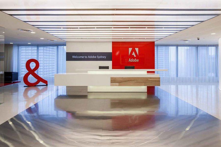 Logotipo en la recepción de una oficina